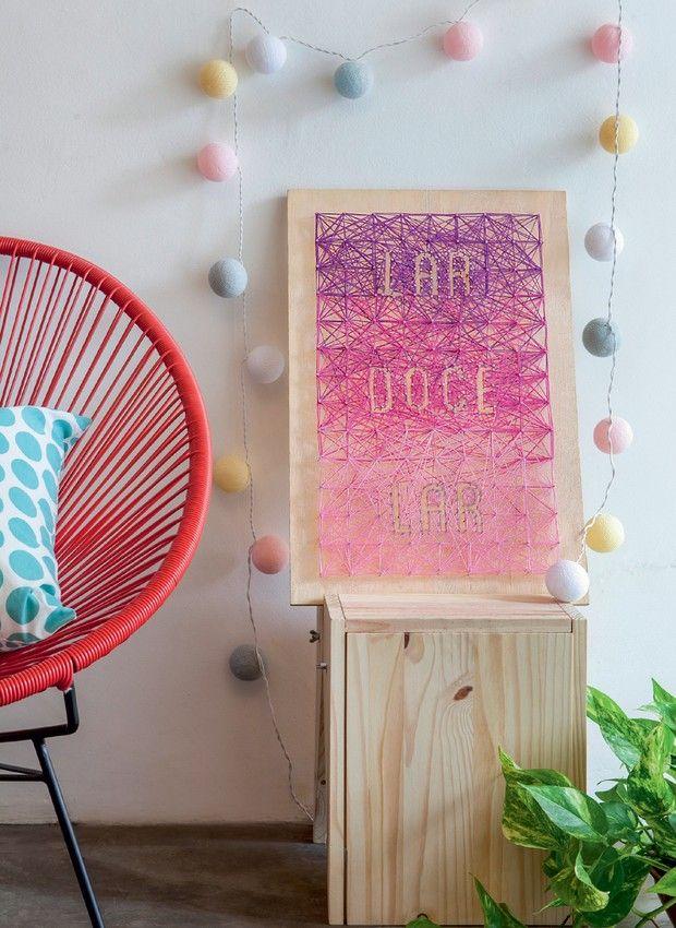O designer Luiz Lula promete deixar sua casa mais colorida em um novo episódio da websérie que coloca a equipe de Casa e Jardim em ação. Neste vídeo, ele ensina a fazer um quadro com madeira, pregos e barbante
