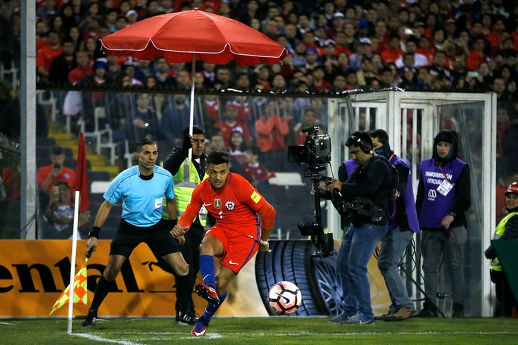 [FOTOS] Alexis Sánchez pasa el trago amargo de la derrota ante Paraguay con estos pequeños hinchas - El Periscopio Noticias