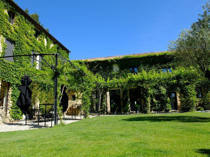 Ancienne bergerie, le Mas des Songes se situe au coeur de 5 hectares de verdure.