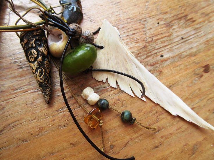 passeuses-de-memoire.jpg (Artisanat),  86 cm par Anne-Marie TOLLET Passeuses De Mémoire : Un long collier de style grigri avec ce pendentif composé d'os de tortue, céramique artisanale, coquillage d'Ecosse, serpentine, grosse nugget ambre vert, os, rare et ancienne perle copal verte Afrique, citrine, perles graines et le collier est constitué de 3 liens en cuir....  Un collier des temps vagabonds !!!! avec ses ressentis, ses mémoires et ses rustiques rumeurs !!!!!  Longueur du collier : 86…