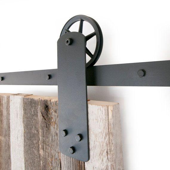 Dies ist ein schön 5-8 Fuß Jahrgang industrielle Armband Stahl Schiebe-Scheunentor Hardware-Satz. In den USA aus hochwertigem Stahl hergestellt. (Lebenslange Garantie) Enthält: (1) Track - 2 (2) Rollen - 5 1/2 Durchmesser, 1 Deep (extra Satz Rollen für Doppeltüren ist 89.00USD) (4) Wand-Abstandshalter (2) Türfeststeller (1) Boden-Guide Misst ca. 9 1/2 von der Unterseite des Gleises an die Spitze der Halterung. Max Tür Gewicht beträgt 190 Pfund. Dies umfasst alle Hardware benötigt, um Ihre…
