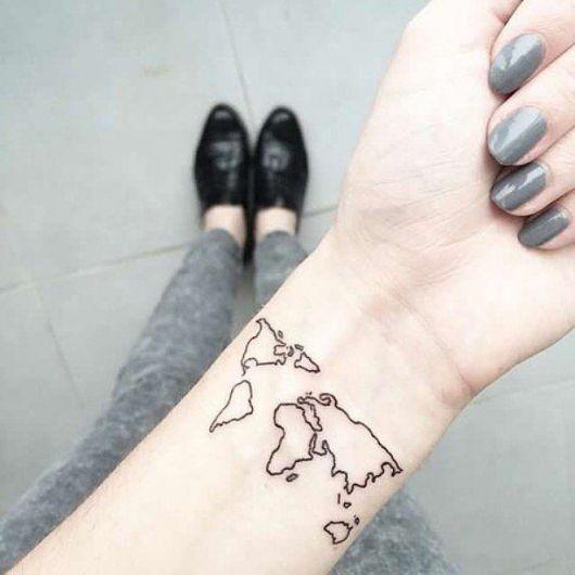 Tatuagem de um mapa mundi bem simples no pulso de uma pessoa – tattoo☄