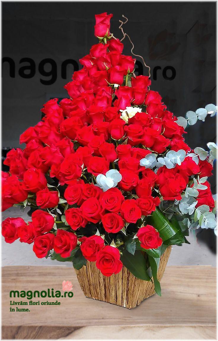 Big floral arrangement with red roses. Aranjament floral spectaculos cu trandafiri rosii.