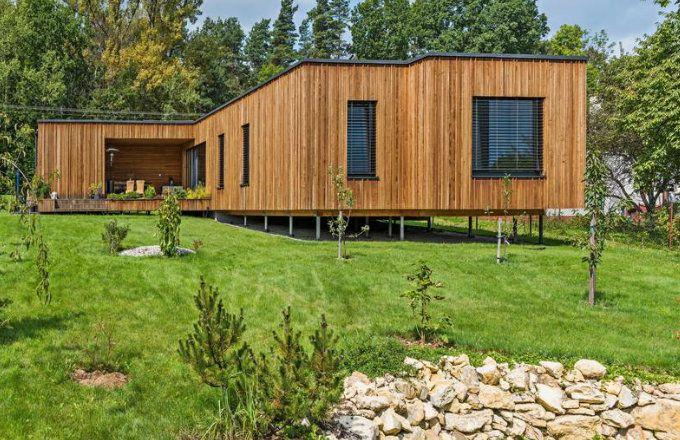 Design a vyznění moderní dřevostavby určil pozemek a orientace ke světovým stranám. Je řešený tak, aby bylo možné v případě potřeby z jeho druhého konce jednoduchou úpravou učinit samostatný byt s vlastním vstupem