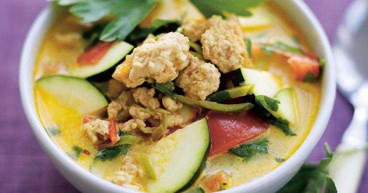 En asiatisk soppa med få kalorier passar bra på en fastedag för dig som äter enligt 5:2. Variera soppangenom att lägga i lax eller torsk i stället för kyckling. /Ulrika180 kcal/portion