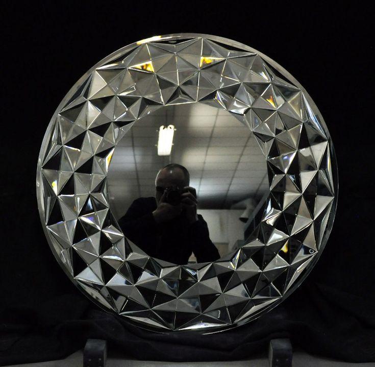 Зеркальное панно изготовлено из наборных элементов стекла ручной огранки с применением технологии УФ склейки. #artglass #студияжогина #жогина #витражи #витражиспб #изготовлениевитражей #артгласс