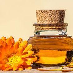 Badezusätze selber machen: Badeöl für trockene Haut selbst herstellen - Anleitung: Milch leicht erwärmen und den Honig darin auflösen. Mandel- und Arganöl mit ...
