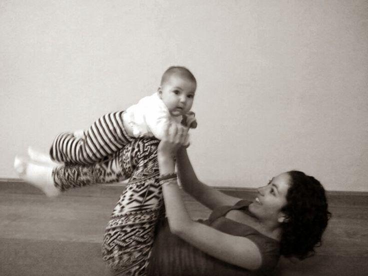 Abdominales con mi bebé, en clase de yoga. Yoga mamá y bebé. Baby yoga