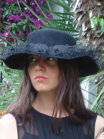Sombrero de fieltro negro con redecilla