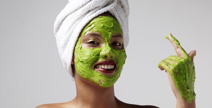 Neutrácejte za drahé kosmetické produkty, když se dá vrásek zbavit i levněji! Elixír mládí tak máte právě ve své kuchyni! Je to smradlavý česnek! Ten je podle nejnovějších výzkumů lékem proti stárnutí! Figuruje jako přírodní antibiotikum a antioxidant, který dokáže vyléčit kožní infekce i akné. Kromě toho stimuluje růst buněk a právě zpomaluje předčasné stárnutí. …