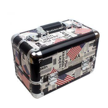 Чемодан для мастера YRE Американский флаг. Данный чемодан подходит для нейл-мастеров, парикмахеров, лешмейкеров, косметологов и визажистов. Он не только удобный, но и стильный, благодаря своему дизайну чемодан придется по вкусу даже самому переборчивому мастеру.