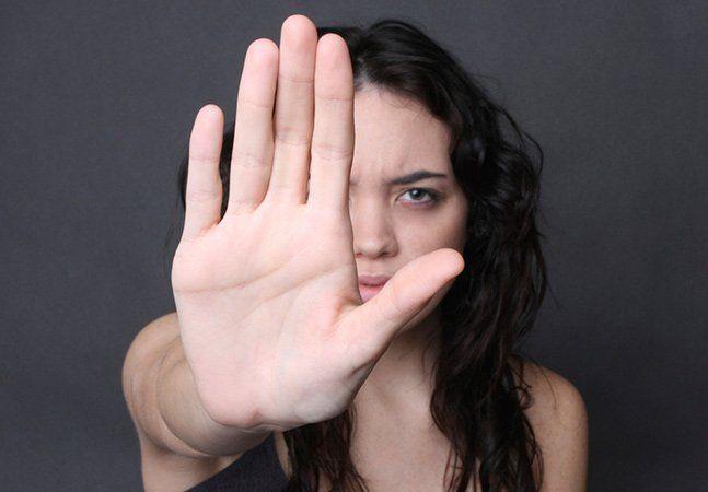 A deputada federal Keiko Ota (PSB-SP) é vice-presidente da Comissão Mista de Combate à Violência contra a Mulher. No entanto, embora seja mulher e ocupe uma função de quem deve saber o quão injustificável é a violência doméstica, Keiko deu uma declaração bastante polêmica. Em uma conversa com o Brasil Post e a relatora da comissão, deputada Luizianne Lins (PT-CE), Keiko tentou justificar por que homens agridem mulheres. De acordo com a matéria, ela teria explicado que está lendo um livro…