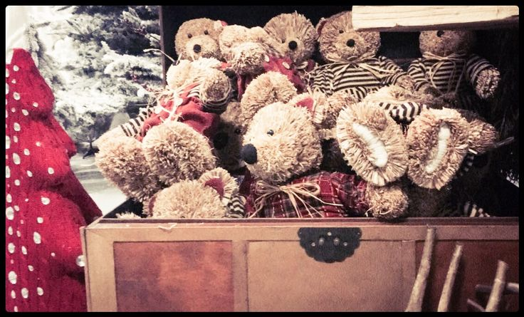 Christmas vintage bears #littlebear #bears #puppet #christmas #vintage #orsetti #natalizio #natale2016 #xmas #baule #albero #christmastree #wool #alberodinatale #trunk #portemanteau #newffcompany #newff #talea #decorazioni #decoration #oldstyle #rustic #rusticchristmas #lovely www.facebook.com/p.folies