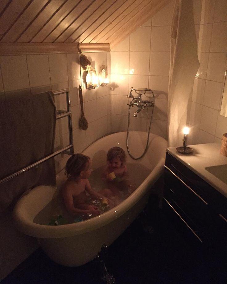 Söndagstvagning med mys 🐳💙 Ett tips på duschdraperi förresten, vi har en loppisfyndad linnegardin. Men den blir inte så ofta blöt så det fungerar bra för oss. Kanske risk för mögel om man har den vid dagliga duschen... men lättvättad, torkar fort och vacker iaf ☺ Älskar linne 💙#duschdraperi #linnetyg #loppisfynd #söndagsbad  #badkar