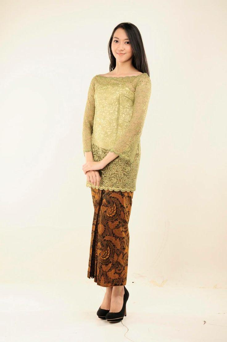 Sekar Ayu  Kebaya sederhana berwarna hijau dengan kain batik tradisional.  Rental Price: Rp200.000
