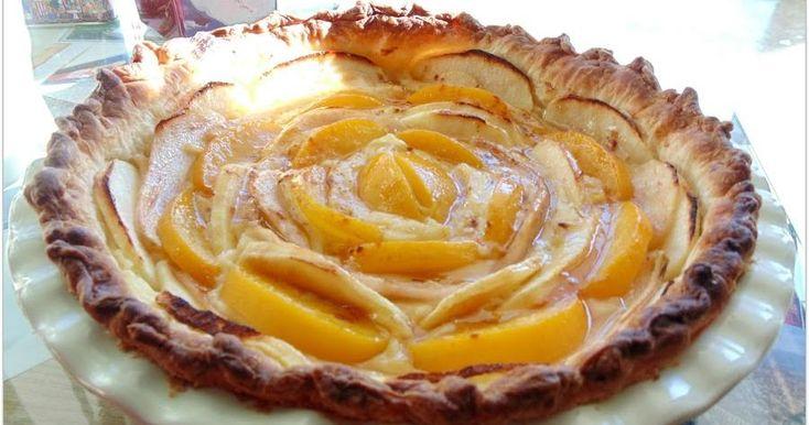 Una delicia de tarta con base de hojaldre, crema pastelera y, por supuesto, manzana y melocotón. Te apuntan cómo prepararla desde el blog FRESAS CON CHOCOLATE.
