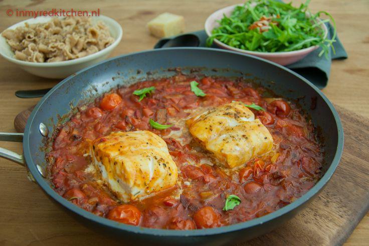 Een heerlijk snel en slank eenpansgerecht. Kabeljauw gepocheerd in tomatensaus, lekker smaakvol!