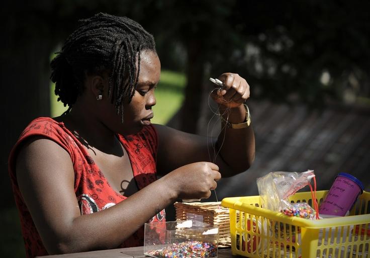 Una donna nigeriana rifugiata nella Repubblica Ceca impara come realizzare collane e accessori di perline.  UNHCR/B. Szandelszky www.unhcr.it/1family