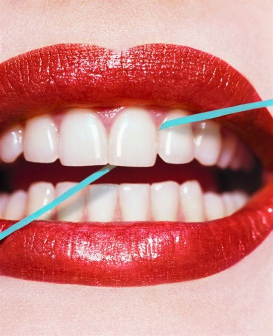 According to the American Dental Association, 60% of us do not floss daily, and 20% of us never floss. How often do you floss? Do you floss every day? De acordo com a Associação Americana de Odontologia, 60% de nós não usamos fio dental todos os dias. Qual a sua frequencia ?