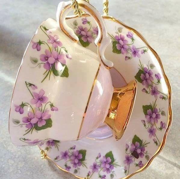 Šálek na čaj * bílý zlatem zdobený porcelán s ručně malovanými fialkami.