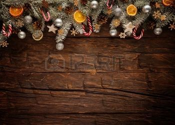 sapin decoration noel: Christmas fir tree with decoration on a wooden board. Free space for text