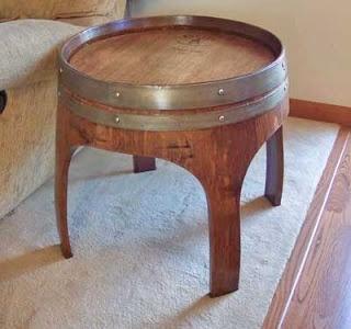 Mesita construida a partir de un viejo barril de vino.