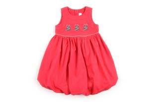 Vestido para niña, en piquet color rojo. Al frente, estampado con arbolitos de navidad.