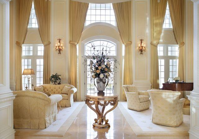 Farbgestaltung im Wohnzimmer mit glänzenden goldenen Highlights