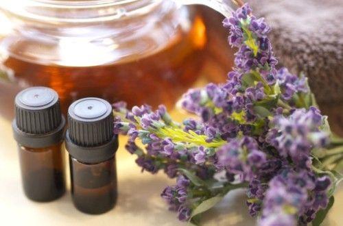 頭痛、むくみ、不安、うつ、イライラ、不眠、吐き気などの辛い症状を改善してくれるアロマのレシピです。生理前にホルモンバランスを整え、緊張を緩和する精油の濃縮液を入浴やマッサージに使えば辛いPMS(月経前症候群)の症状を和らげてくれます。