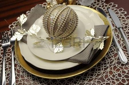 Nieuwste trend van goud metallic thema kerst formeel diner tafel couvert met fijne bone china, snuisterij en feestelijke decoraties Close-up photo