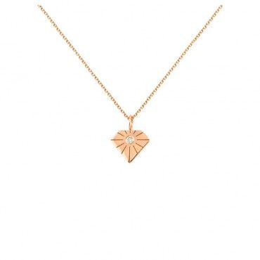 Ένα μοντέρνο κολιέ σε σχήμα διαμάντι από ροζ χρυσό Κ14 με χαρακιές σαν λάμψη, με αληθινό διαμάντι brilliant στο κέντρο | Κολιέ ΤΣΑΛΔΑΡΗΣ στο Χαλάνδρι #διαμάντι #χαραγμένο #ροζ #χρυσό #κολιέ