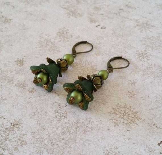 Groene bloem oorbellen Donker groene lucite door HoneyBeads1Official