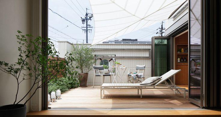 全面開放可能な窓「フォールディングウィンドウ」で大きくラウンジデッキとつなげれば、都市の住宅においても広さや光と風を十分 に感じられる快適な空間を生み出します。イメージ