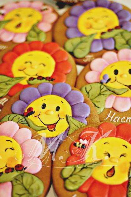 Купить или заказать 'Забавные цветочки' в интернет-магазине на Ярмарке Мастеров. Эти забавные цветочки поднимут настроение даже в самый непогожий день :)! Они выполнены из имбирного пряника с заливкой из сахарной глазури и росписью пищевыми красителями.Упаковываются такие пряники в индивидуальные коробочки. Точную копию выполнить не возможно!