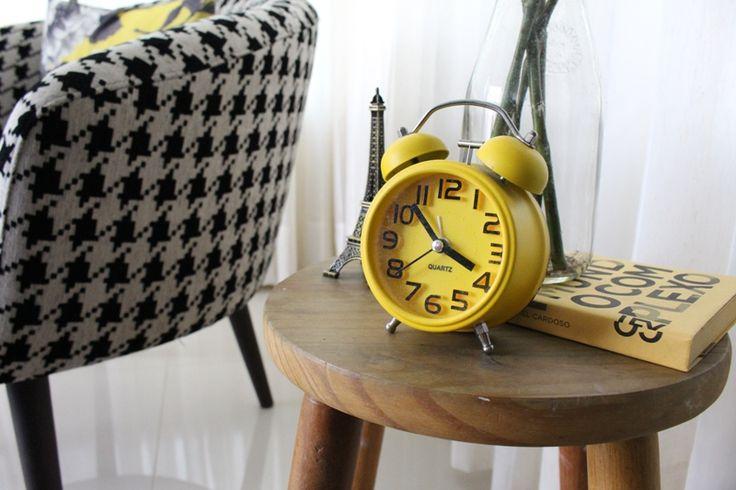 Poltrona Casa de Pedra, relógio / despertador retrô e banquinho em madeira.