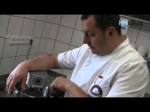 Recept na poctivý kynutý houskový knedlík - šéfkuchař Václav Frič - YouTube