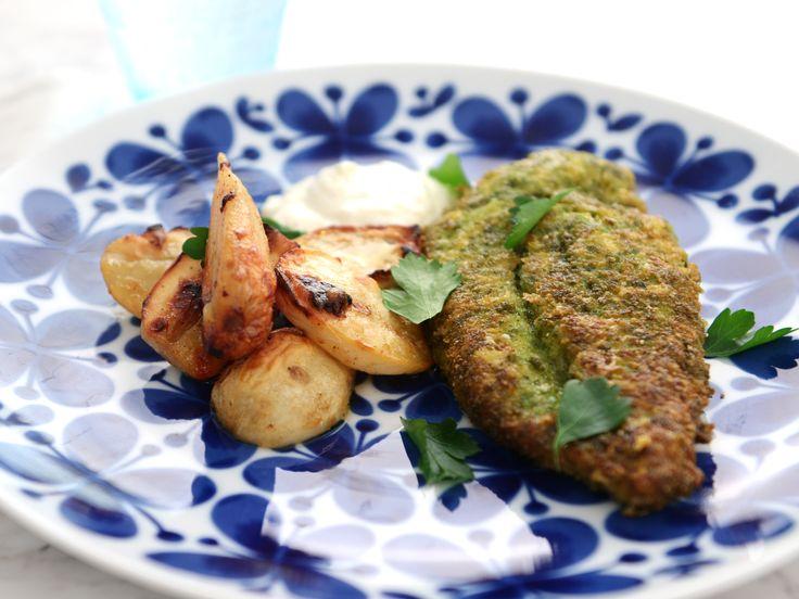 Örtpanerad kyckling med smörbakade jordärtskockor och citronsås | Recept från Köket.se