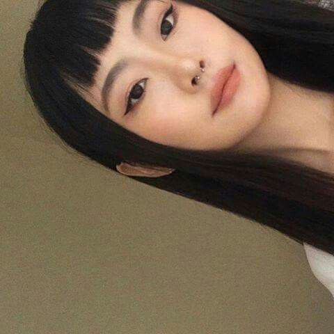 Eyeliner, soft lips, natural brows, flushed cheeks, pale skin and black hair.