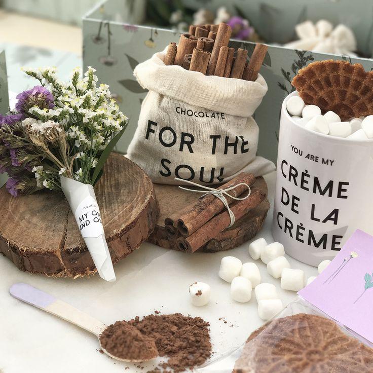 A veces es difícil regalarle algo a mamá. En esta historia se hace fácil porque ella amará las flores, alimentará su alma con un chocolate caliente lleno de marshmallows que acompañará con galletas, clavos y canela. Además, guardará por siempre el pocillo y la caja. Regálale el Kit Edición Limitada CHOCOLATE + FLORES @ennamercadodeideas + @catalinagraphic + @jabalinas [Sólo 40 unidades disponibles] Info: 3116179030.  #illustration #mothersday #illustrated #kit #gifts #diadelamadre…