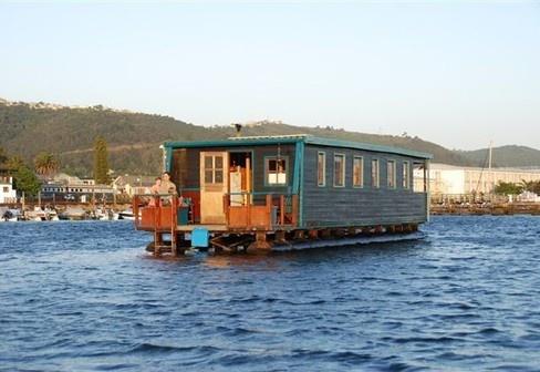 Dormir sur une maison flottante dans le Lagon de Knysna, Afrique du Sud : http://www.trip85.com/2012/04/29/dormir-sur-une-maison-flottante-dans-le-lagon-de-knysna-afrique-du-sud/