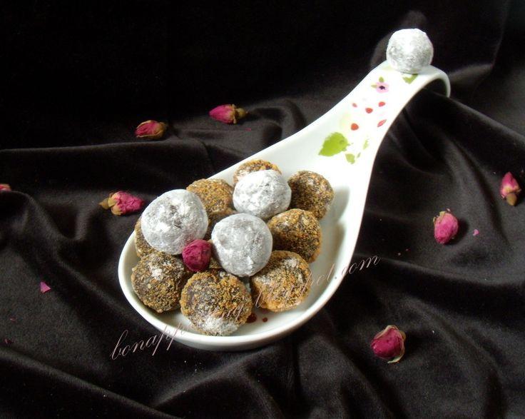 trufle karmelowe (czekolada 55%, karmel, śmietanka 36%,starty biszkopt, ekstrakt wanilii)