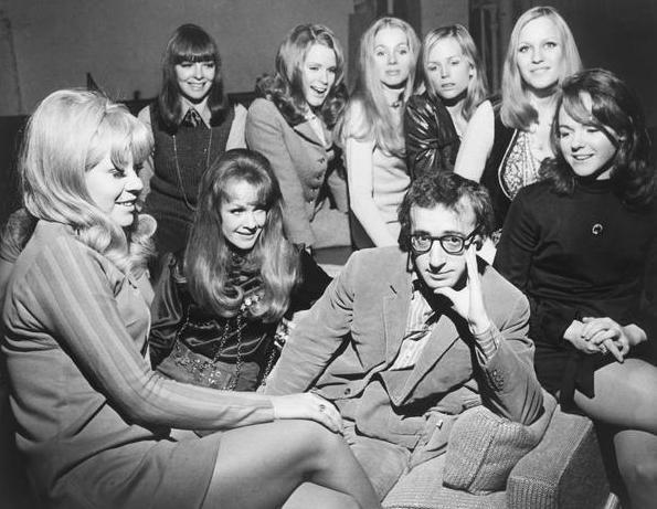Вуди Аллен, окружённый девушками, во время репетиции Play It Again, Sam (14.01.1969).  #история #США #Америка #ВудиАллен