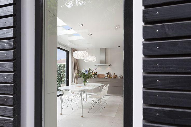 Moderne uitbouw bij jaren 30 woning: zwart geoliede houten gevelafwerking bevestigd met RVS nagels.    Architect: BNLA architecten Fotografie: Wim Hanenberg