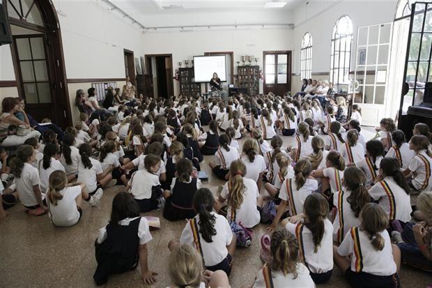 Bullying: un método finlandés para superar la violencia en las aulas argentinas  Alumnas del colegio Michael Ham, de Olivos, atentas a la presentación del programa finlandés. Foto: Hernán Zenteno
