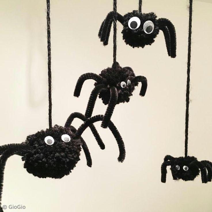 ¡Estas arañas pompones de lana son adorables!Gracias a este tuto podrás realizar tu mismo tus pompones araña para decorar el interior de tu hogar durante la fiesta de Halloween.