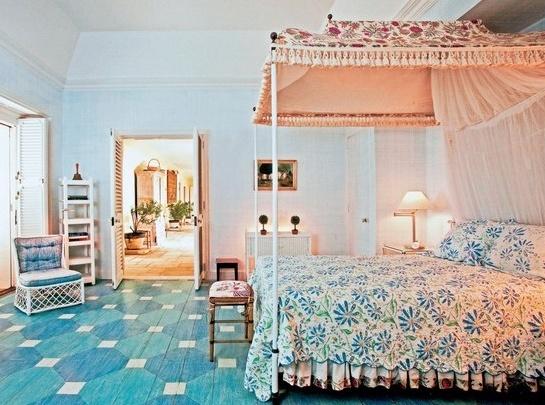 Средиземноморский стиль, подзор на кровати с балдахином отсылает к восточному образу царевны Будур