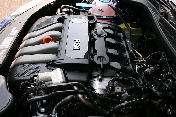 劇的に近代化したエンジン 試乗したのは2.0リッターの「GT」(のレザーパッケージ)。アウディA3と同じ直噴「FSI」エンジン(150ps、20.4kgm)を搭載し、アイシンAW製の6速ATで前輪を駆動する。ちなみに1.6リッターでもATは同じ6速と豪華だ(最終減速比のみ違う)。 ゴルフのエンジンと言えば、IIIまでの、良く言えば打てば響くようなトルク感あふれる、悪く言えば「グオー」という盛大なノイズでローテク感あふれるところが特徴だった。先代のIVになって一度5バルブの近代的な1.8リッターエンジンになったが、これはどうやら不評だったらしく、日本仕様は再び基本設計の旧い2.0リッターに戻った経緯がある。