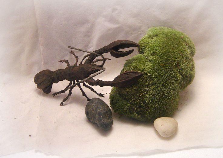 Rak Rak leze z rákosí navečer za rosy, rak leze z díry, má dlouhé kníry. Večer se prochází po trávě na hrázi, kroutí si vousy, klepeta brousí. Rak znašeho ateliétu Sidusrepas o velikosti 28 x 15 x 12 cm Model je vyroben z tvrzené papírové hmoty a povrchově upraven. Byl použit paverpol tak model odolá částečnému vlhku.