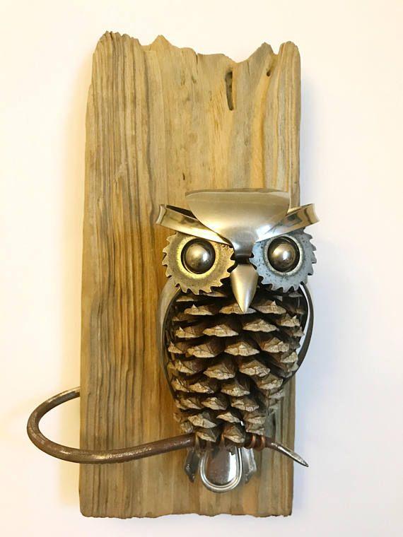 Uil gemaakt van upcycled gebruiksvoorwerpen, schroot en een dennenappel gemonteerd op teruggewonnen hout.  Hoogte: 11  Breedte: 6  Diepte: 3,5-inch
