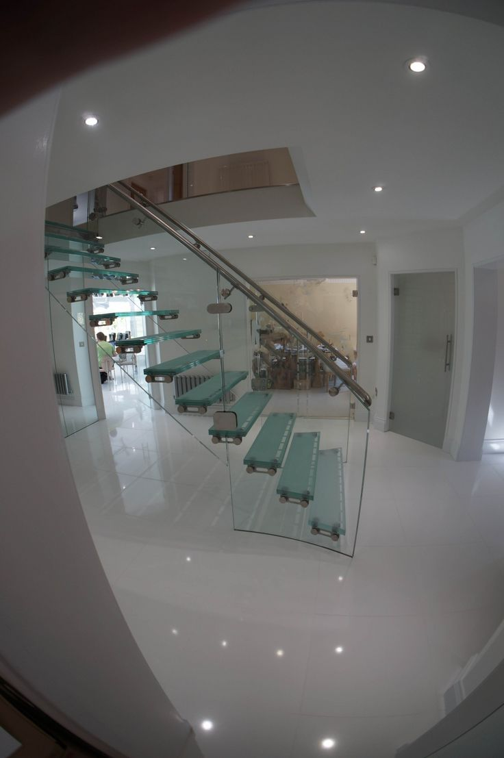 Floating effect feature glass staircase